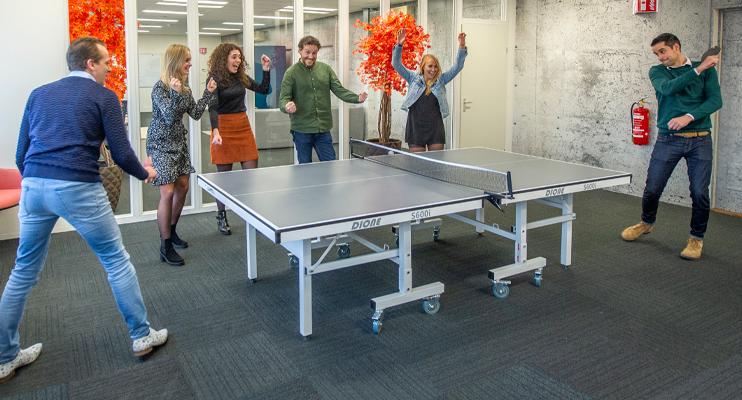 Mensen spelen tafeltennis met toeschouwers - Ons team - Jan Krediet
