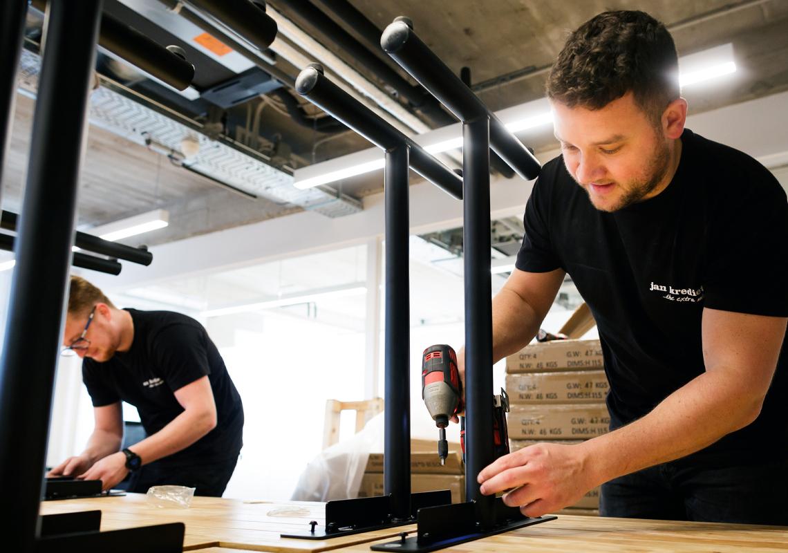 Man met boor - Logistieke services - Jan Krediet