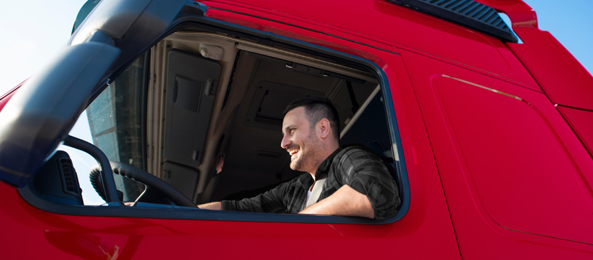 Man achter stuur in vrachtwagen - Fullservice logistiek partner - Jan Krediet