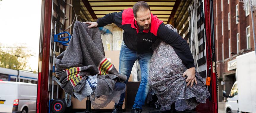 Man laadklep vrachtwagen - Fullservice logistiek partner - Jan Krediet