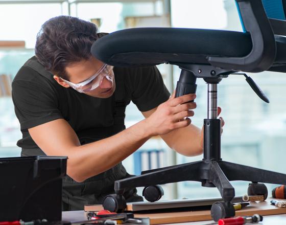 Man repareert bureaustoel - Fullservice logistiek partner - Jan Krediet