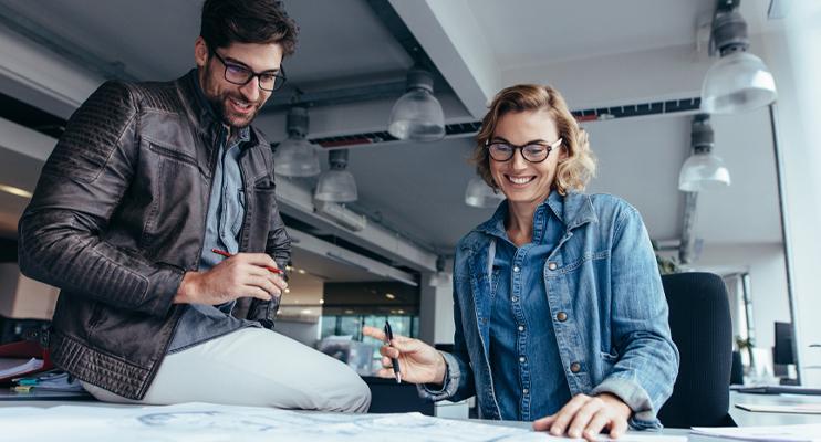 Man en vrouw overleggen - Contractlogistieke oplossingen - Jan Krediet