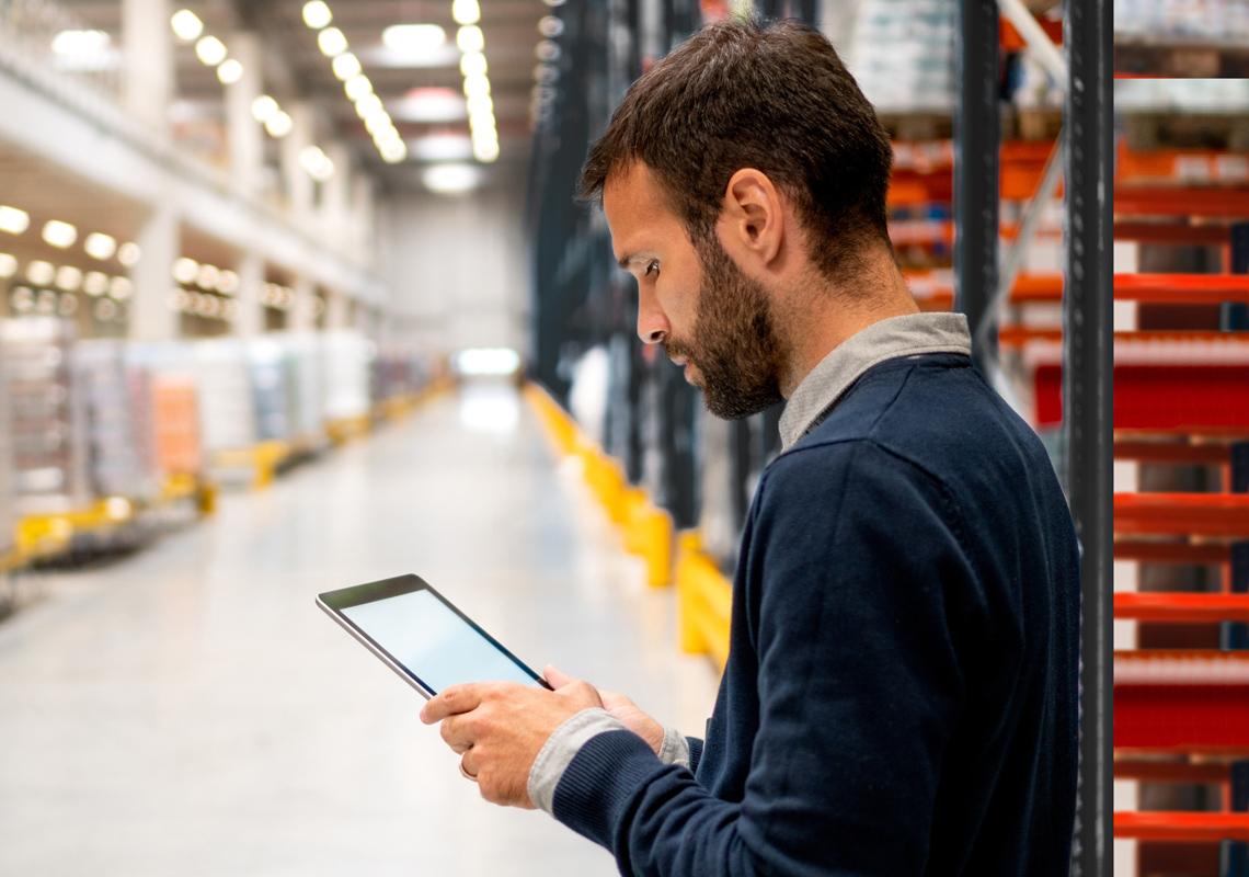 Man met iPad in magazijn - contractlogistieke oplossing - Jan Krediet
