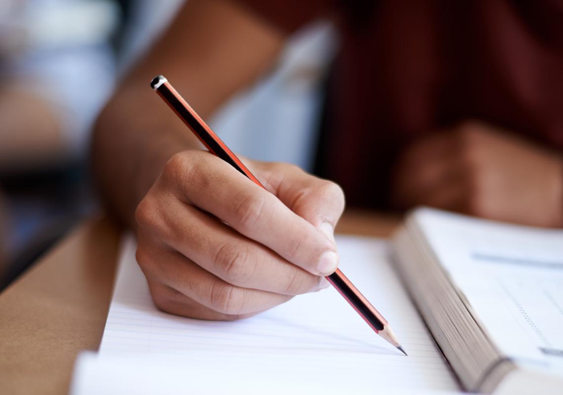 Hand met potlood en schrift - Logistieke oplossingen onderwijssector - Jan Krediet