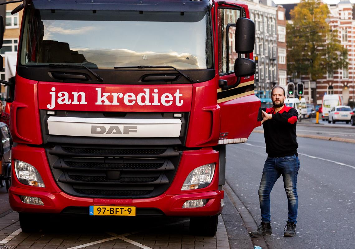 Man naast vrachtwagen - Freightlogistiek - Jan Krediet