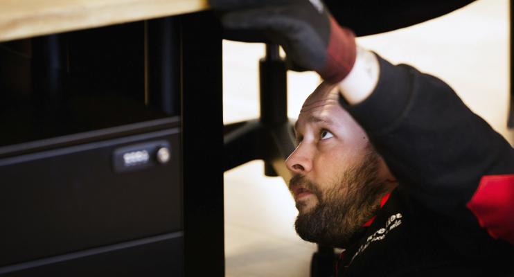 Man monteert bureau - Meubellogistieke oplossingen - Jan Krediet