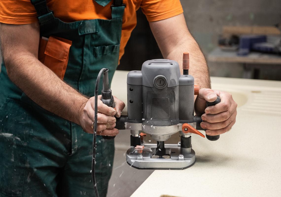 Man met schuurmachine - Oplossingen keukensector - Jan Krediet