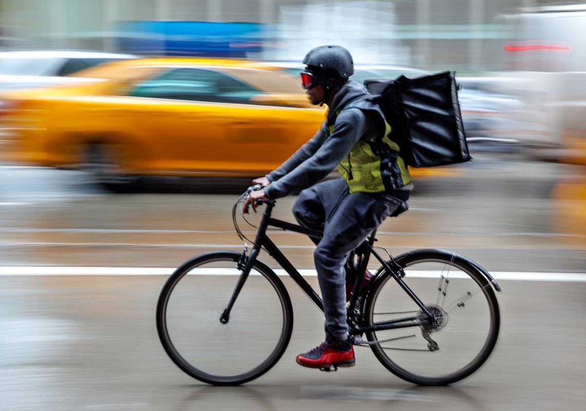 Bezorger op fiets - logistieke partners - Jan Krediet