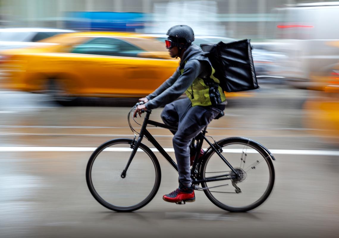 Bezorger op fiets - Fullservice logistiek partner - Jan Krediet