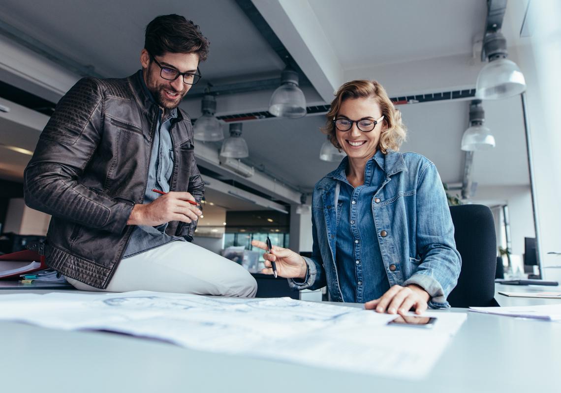 Man en vrouw bekijken tekeningen - Fullservice logistiek partner - Jan Krediet
