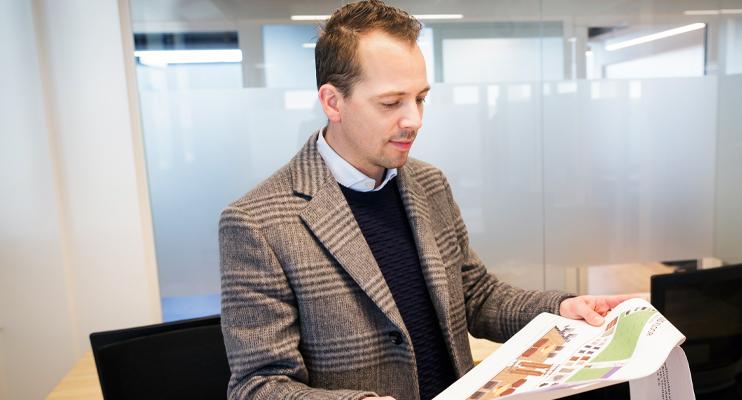 Man bekijkt plattegrond - Logistiek projectmanagement - Jan Krediet