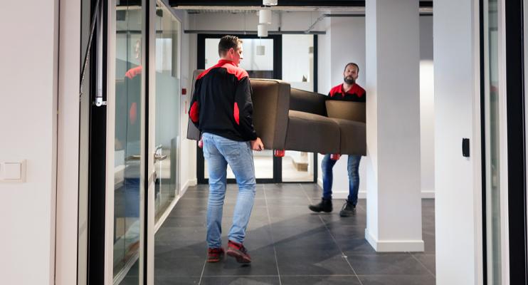 Mannen tillen bank - Logistieke oplossingen zakelijke verhuissector - Jan Krediet