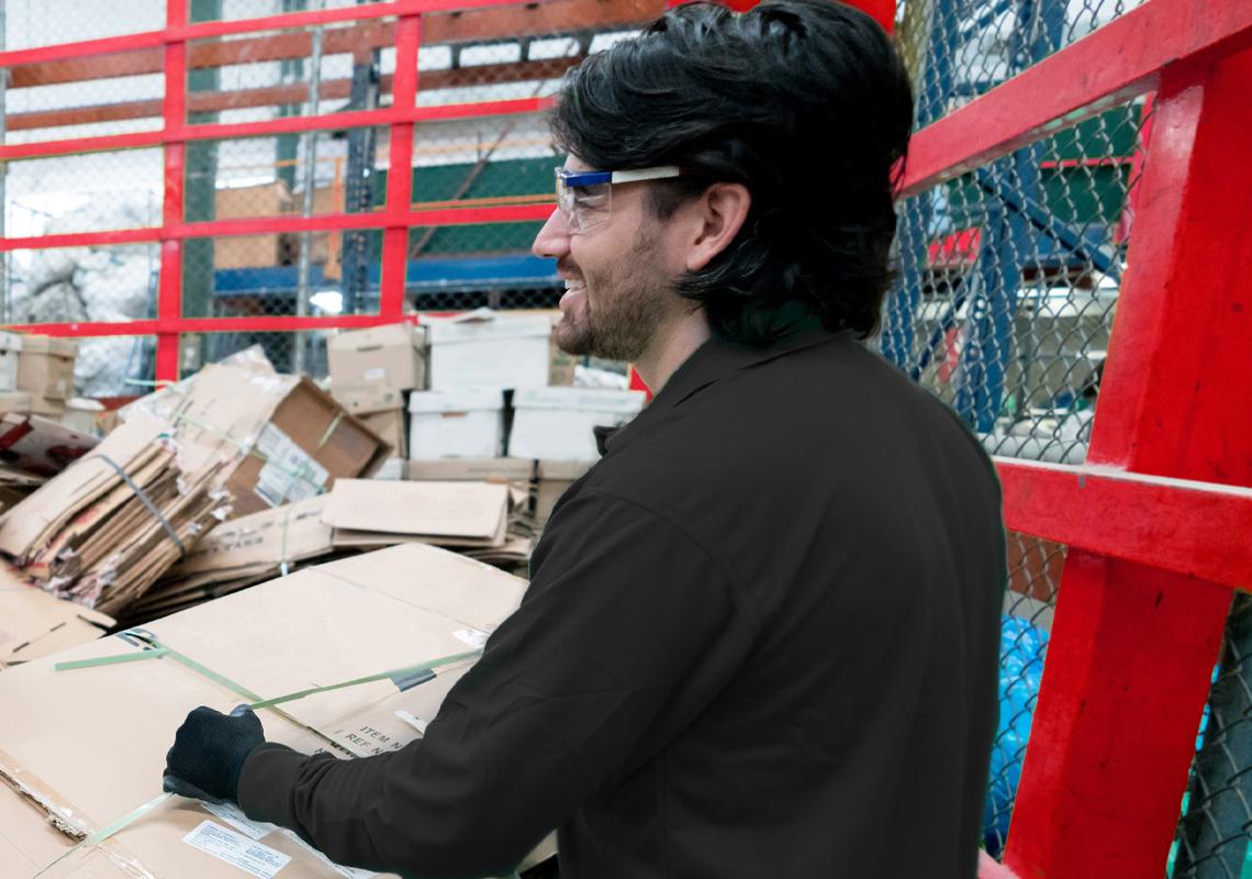 Man verwerkt karton - Retourlogistiek - Jan Krediet