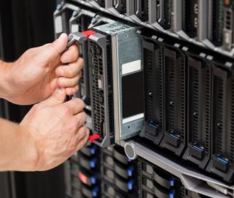 Handen in serverkast - Logistieke oplossingen technologiesector - Jan Krediet
