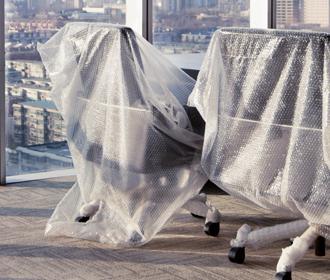 Bureaustoelen in bubbelfolie - Logistieke oplossingen zakelijke verhuissector - Jan Krediet