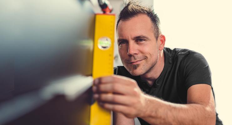 Man met waterpas - Logistieke processen - Jan Krediet