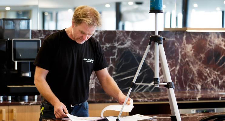 Man bladert door handleiding - projectlogistieke oplossingen - Jan Krediet