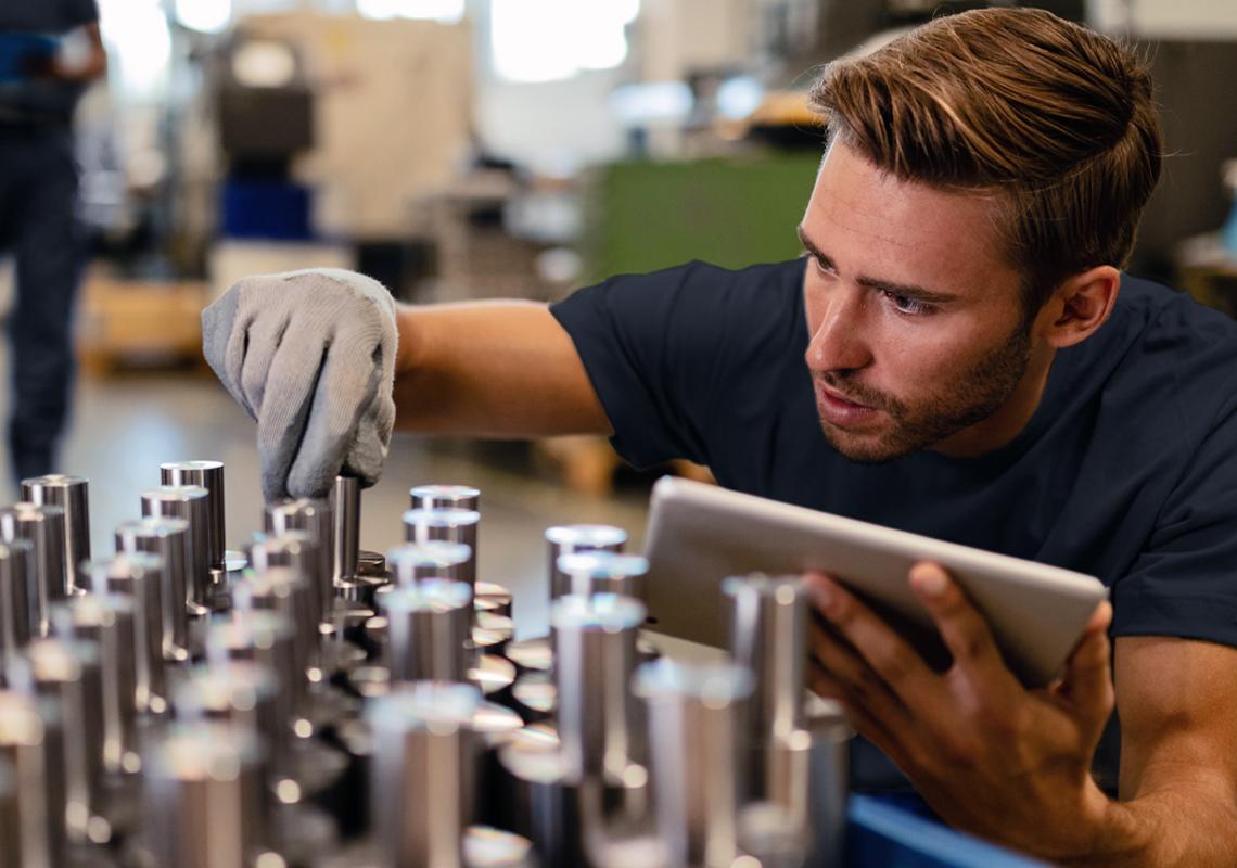 Man voert kwaliteitscontrole uit - Value added logistieke services - Jan Krediet
